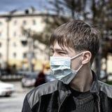 Adolescente en máscara de la gripe Imagen de archivo