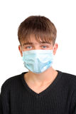 Adolescente en máscara de la gripe Fotos de archivo