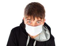 Adolescente en máscara de la gripe Fotos de archivo libres de regalías