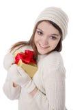 Adolescente en manopla y sombrero hechos punto con el regalo Fotografía de archivo libre de regalías