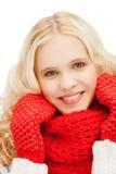 Adolescente en manoplas y bufanda rojas Fotos de archivo