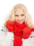 Adolescente en manoplas y bufanda rojas Fotos de archivo libres de regalías
