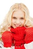 Adolescente en manoplas y bufanda rojas Fotografía de archivo