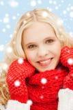Adolescente en manoplas y bufanda rojas Foto de archivo