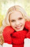 Adolescente en manoplas y bufanda rojas Imagen de archivo libre de regalías