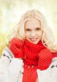 Adolescente en manoplas y bufanda rojas Foto de archivo libre de regalías