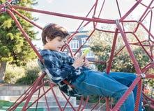 Adolescente en marco que sube usando el teléfono elegante Fotografía de archivo libre de regalías