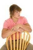 Adolescente en mirada rosada de la sentada de la camisa al lado Imagen de archivo libre de regalías
