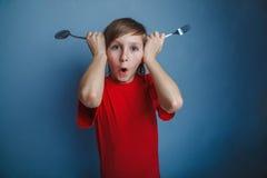Adolescente en muchacho rojo de la camisa doce años sostenerse Fotografía de archivo