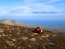 Adolescente en otoño en las montañas sobre el mar. Foto de archivo