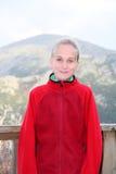 Adolescente en paño grueso y suave rojo Imagen de archivo
