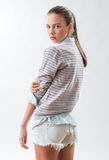 Adolescente en pantalones cortos de los vaqueros Imagenes de archivo