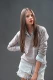 Adolescente en pantalones cortos de los vaqueros Foto de archivo
