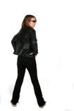 Adolescente en pantalones vaqueros negros y la chaqueta de cuero Imagen de archivo