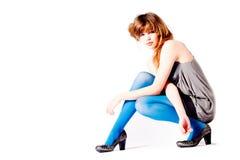Adolescente en pantyhose azul y blusa gris en un di Foto de archivo libre de regalías