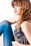 Adolescente en pantyhose azul y thinkin gris de la blusa Foto de archivo