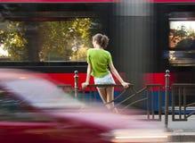 Adolescente en parada de autobús Imagenes de archivo