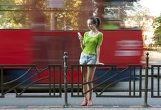 Adolescente en parada de autobús Imagen de archivo libre de regalías