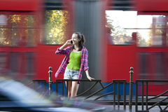 Adolescente en parada de autobús Imagen de archivo