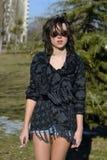 Adolescente en parque al lado del árbol Fotografía de archivo