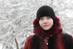 Adolescente en parque del invierno Fotos de archivo libres de regalías