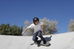 Adolescente en parque del monopatín Fotos de archivo