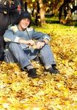 Adolescente en parque del otoño Fotografía de archivo