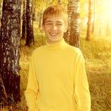 Adolescente en parque del otoño Imagenes de archivo