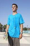Adolescente en parque del patín Fotografía de archivo