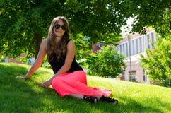 Adolescente en parque del verano Fotos de archivo libres de regalías