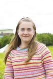 Adolescente en parque del verano Foto de archivo libre de regalías