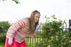 Adolescente en parque del verano Fotos de archivo