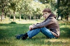 Adolescente en paseo en parque Imágenes de archivo libres de regalías