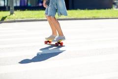 Adolescente en paso de peatones de la ciudad de la travesía del monopatín Fotos de archivo