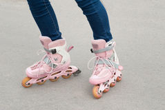 Adolescente en pcteres de ruedas Imagen de archivo