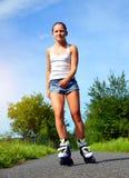 Adolescente en pcteres de ruedas en el verano Imagenes de archivo