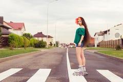 Adolescente en pcteres de ruedas en calle Imagenes de archivo