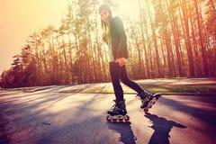 Adolescente en pcteres de ruedas en el verano Fotografía de archivo libre de regalías