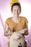 Adolescente en pijamas con un juguete suave Foto de archivo libre de regalías