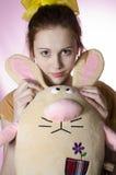 Adolescente en pijamas con un juguete suave Imágenes de archivo libres de regalías