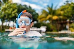 Adolescente en piscina Imagen de archivo