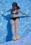 Adolescente en piscina tropical Imagen de archivo