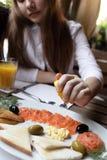 Adolescente en restaurante de los mariscos Fotografía de archivo libre de regalías