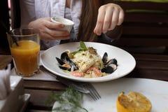 Adolescente en restaurante italiano Imagen de archivo libre de regalías