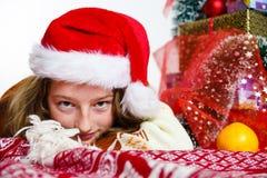 Adolescente en retrato rojo de la Navidad del sombrero de santa Foto de archivo