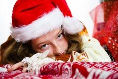 Adolescente en retrato rojo de la Navidad del sombrero de santa Fotografía de archivo