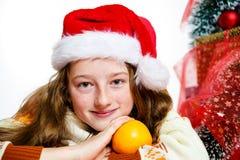 Adolescente en retrato rojo de la Navidad del sombrero de santa Fotos de archivo