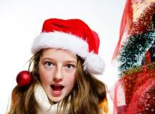 Adolescente en retrato rojo de la Navidad del sombrero de santa Imagenes de archivo