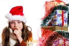 Adolescente en retrato rojo de la Navidad del sombrero de santa Foto de archivo libre de regalías