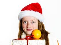 Adolescente en retrato rojo de la Navidad del sombrero de santa Imagen de archivo libre de regalías